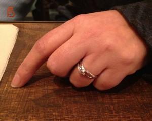 Detalle anillo con circonitas