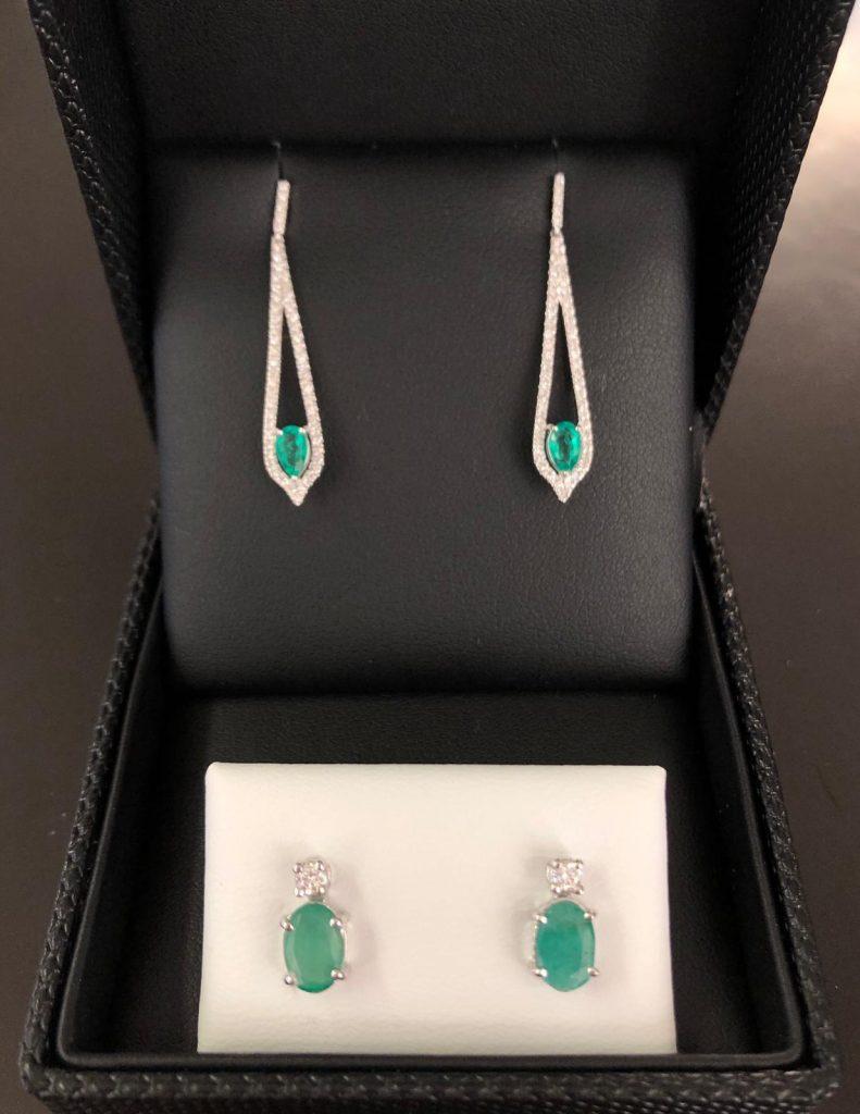 Preciosos pendientes de diamantes y esmeraldas, unos largos con 106 brillantes y dos esmeraldas en forma de perilla y otros con dos brillantes y esmeraldas ovales. Imprescindibles para lucir en cualquier época del año.