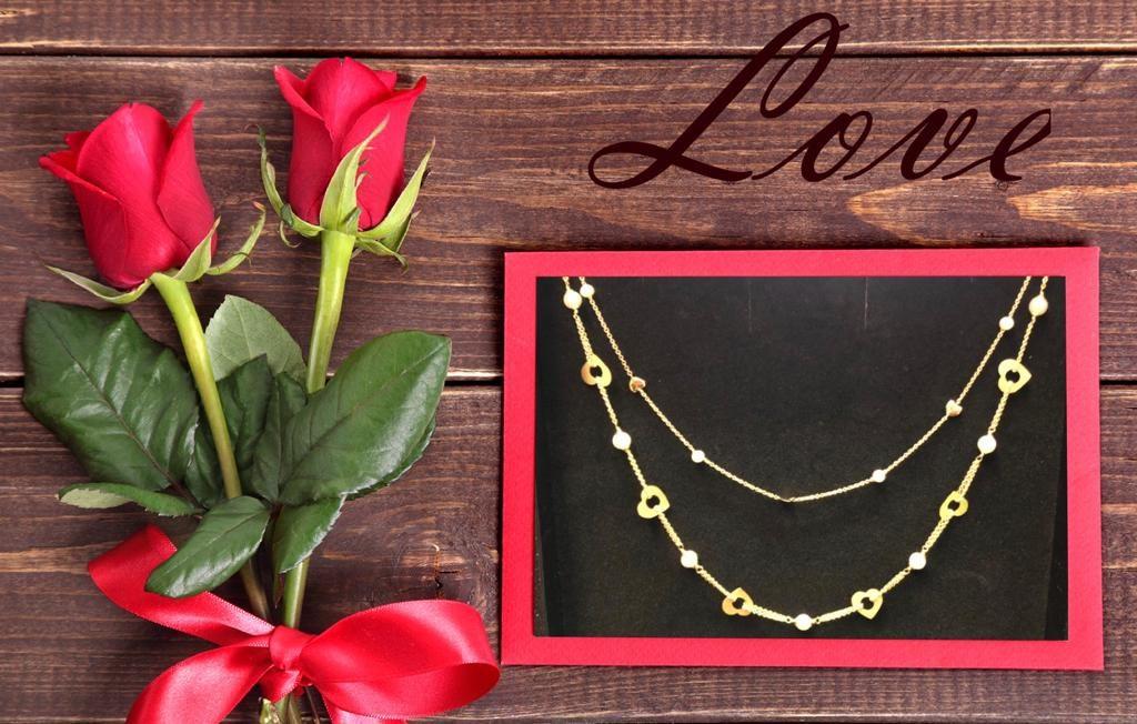 Falta muy poco para el día de los enamorados.... Y que mejor manera de celebrarlo que teniendo un detalle con tu pareja.Collares de oro amarillo con perlas y motivos de corazón intercalados, una pieza a temporal que podrás lucir siempre.