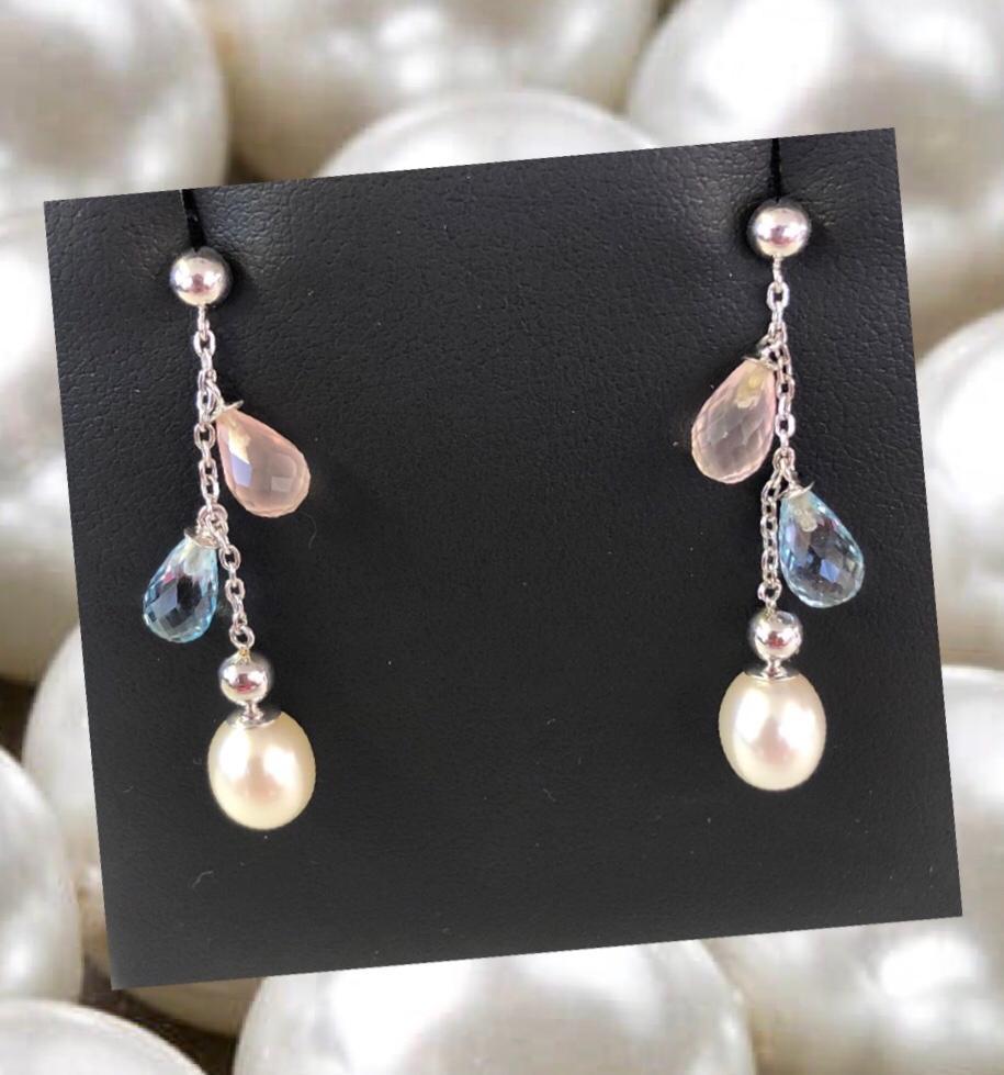 Pendientes largos en oro blanco con piedras azules y rosas y  perlas de 7x9 milímetros y cierre de presión. Muy favorecedores!
