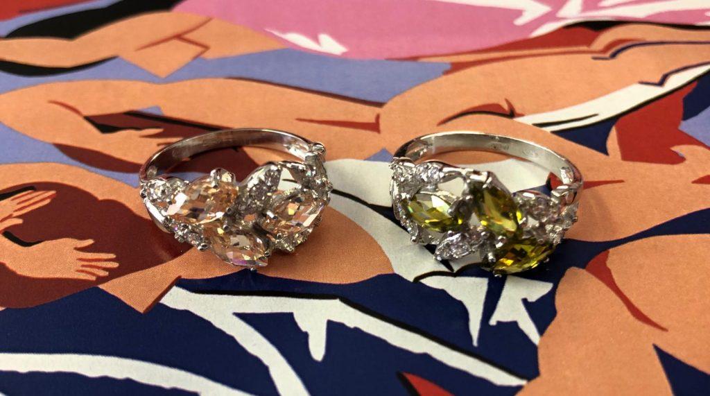 Sortijas de oro blanco una con tres piedras champan y otra con tres peridotos, ambos en forma navet y con 13 circonitas. ¡Espectaculares!