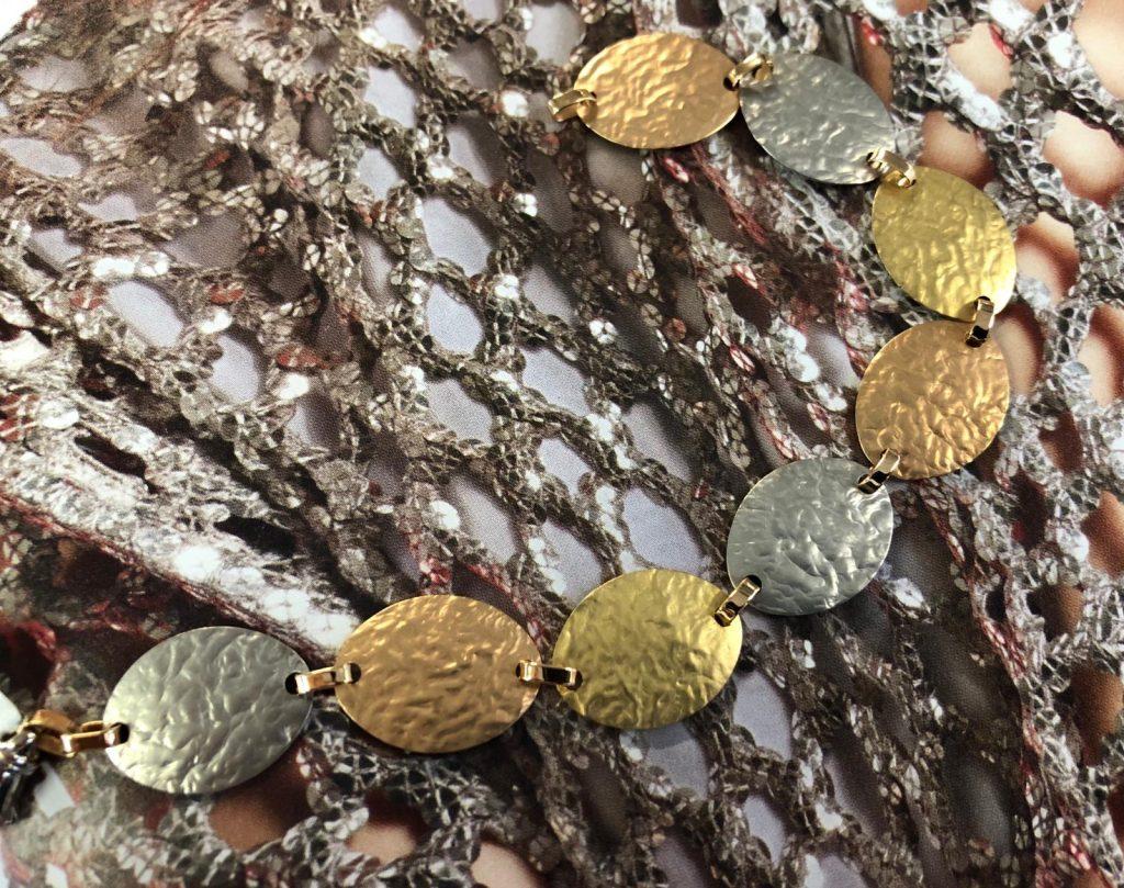 Pulsera tricolor de chapas ovales martele una de cada color  (oro blanco , amarillo y rosa) de 19 centímetros de largo.