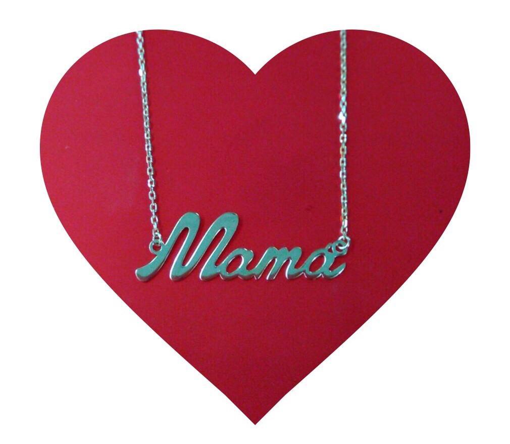 Colgante de letras formando la palabra mamá, en oro amarillo brillo, con cadena forzada de 45 centímetros y anilla a 42.