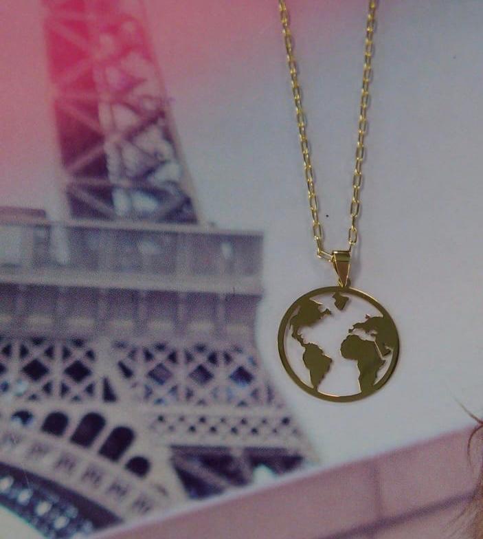 Colgante de oro amarillo de 18 milímetros de diámetro, calado con el dibujo de mapa mundi.