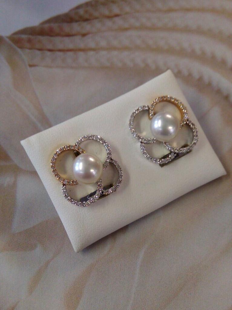 Pendientes de oro blanco y rosado brillo, con 55 brillantes con grapas y una perla de 8 milímetros (un total de 110 brillantes que en total hacen 0,83 quilates) con cierre omega.