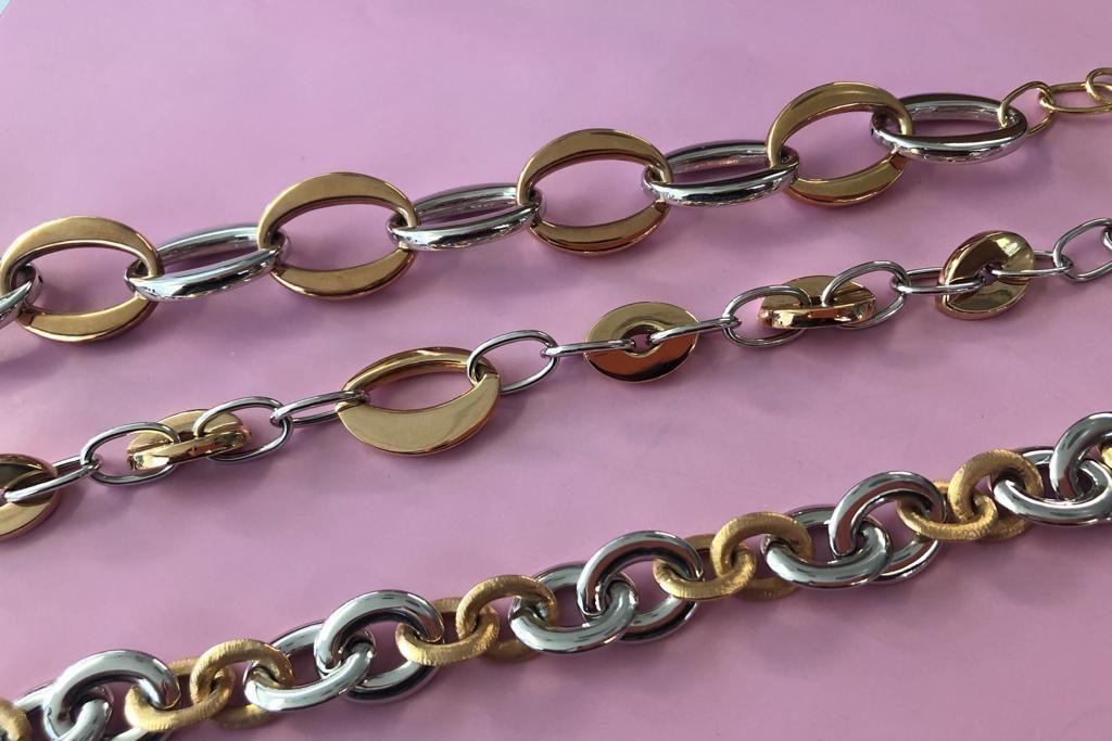 Llamativas pulseras de anillas, que combinan el oro blanco con el oro rosa.