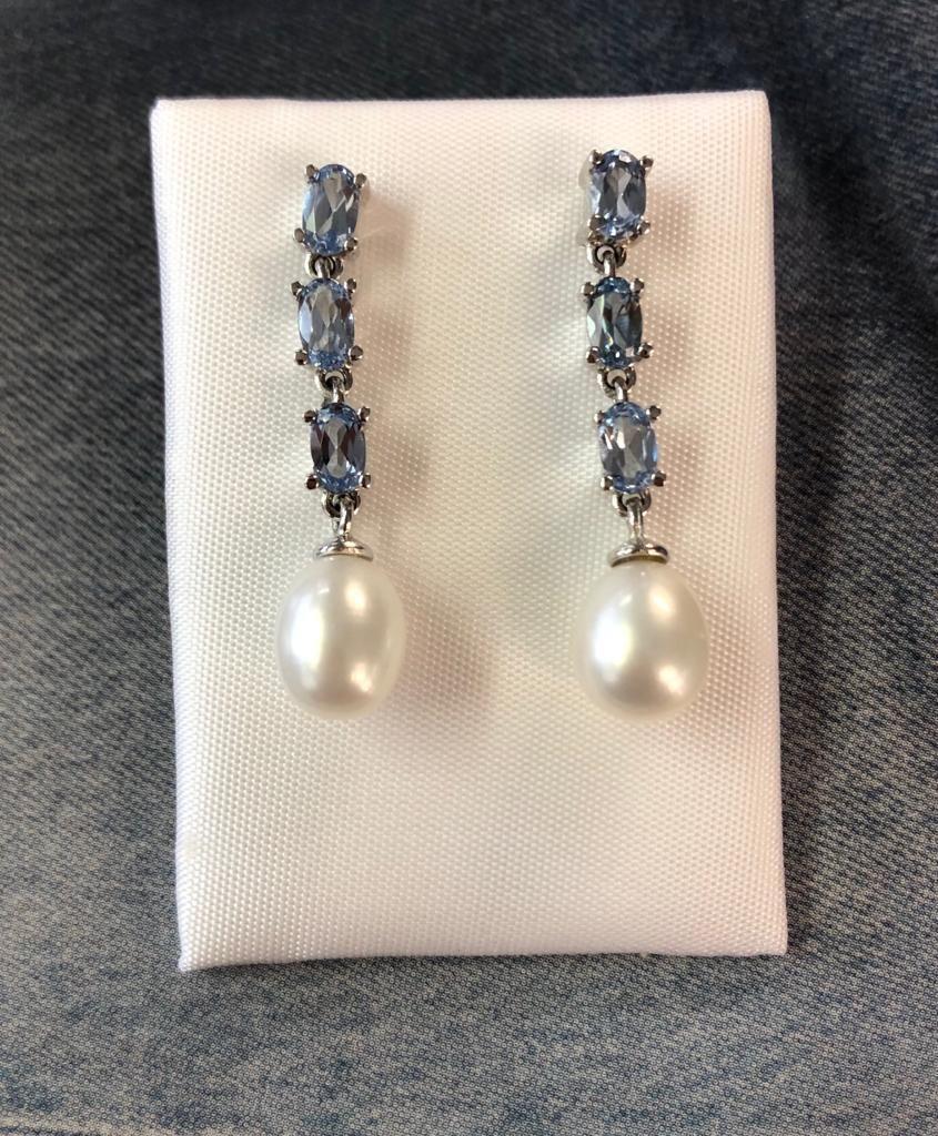 Pendientes de oro blanco de 31 milímetro de largo, con aguamarinas ovales montadas en garras y perlas, con cierre de presión.