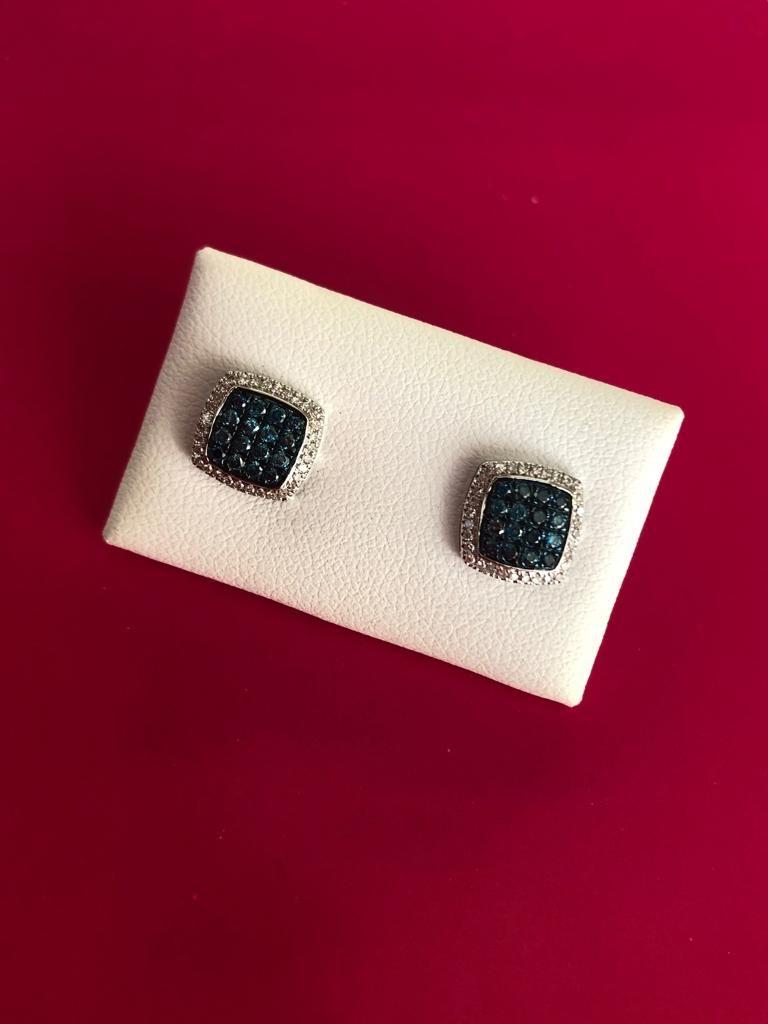 Pendientes cuadrados de 9 x 9 milímetros, de oro blanco, con brillantes azules que en total hacen 0,35 quilates y brillantes blancos que en total hacen 0,15 quilates, con cierre de presión.