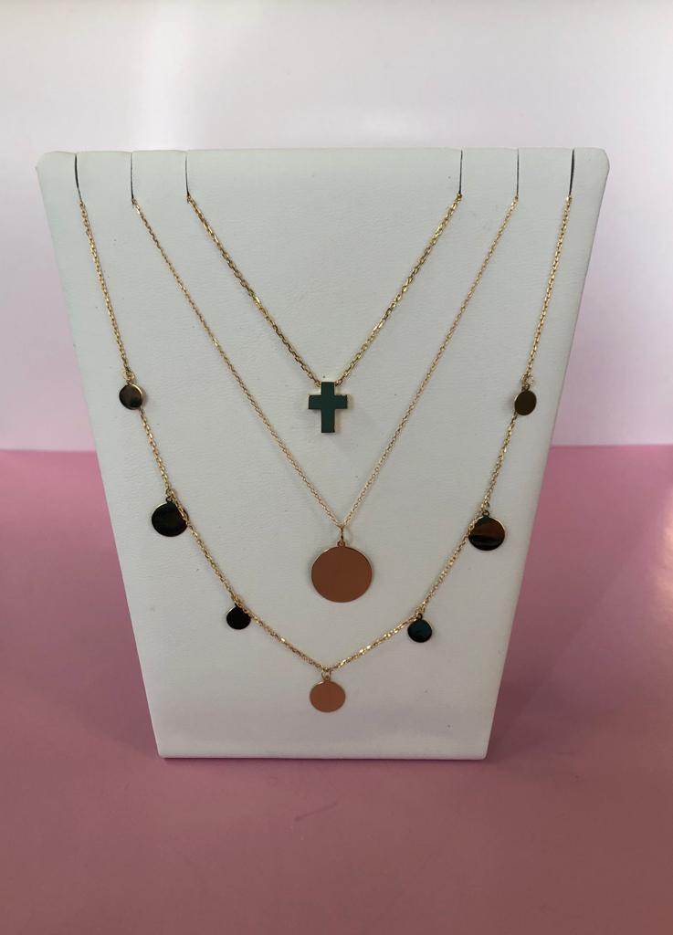 Collares de oro amarillo con diferentes colgantes, uno con una cruz, otro con una placa redonda y otro con siete placas de distintos tamaños. Pueden usarse juntos o por separado.