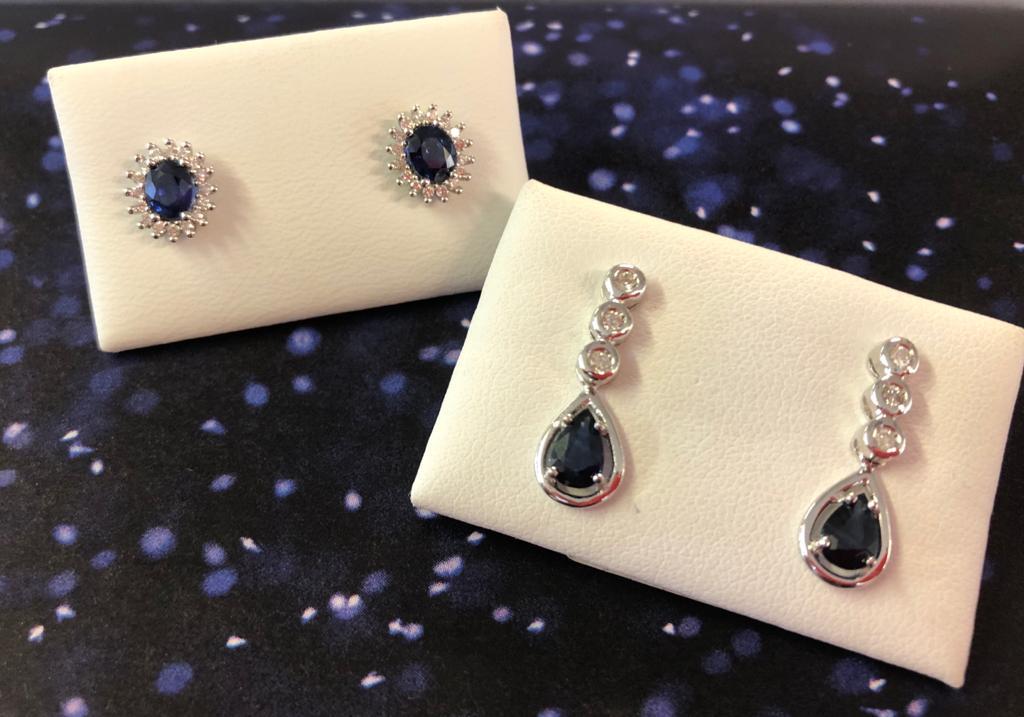 Pendientes de oro blanco que combinan zafiros y diamantes, unos en forma de rosetón y otros semi-largos, ambos con cierre de presión.