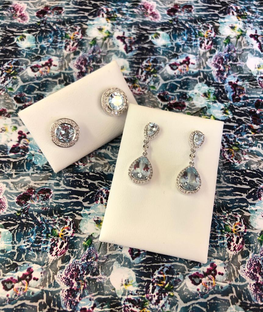 Pendientes de oro blanco, diamantes y aguamarina fina, unos en forma de rosetón y otros semi-largos, ambos con cierre de presión.