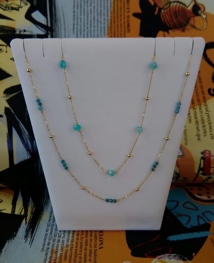Bonitos collares que combinan oro amarillo y piedras naturales de color azul. Collares de oro amarillo de 45 centímetros de largo con anilla en 40 centímetros y piedras naturales de color azul.
