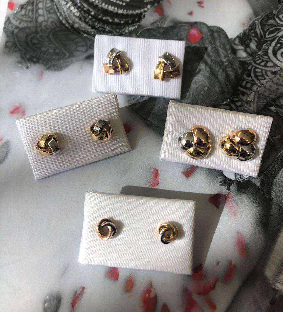 Pendientes en forma de ovillo que combinan oro amarillo, blanco y rosa, con cierre de presión.