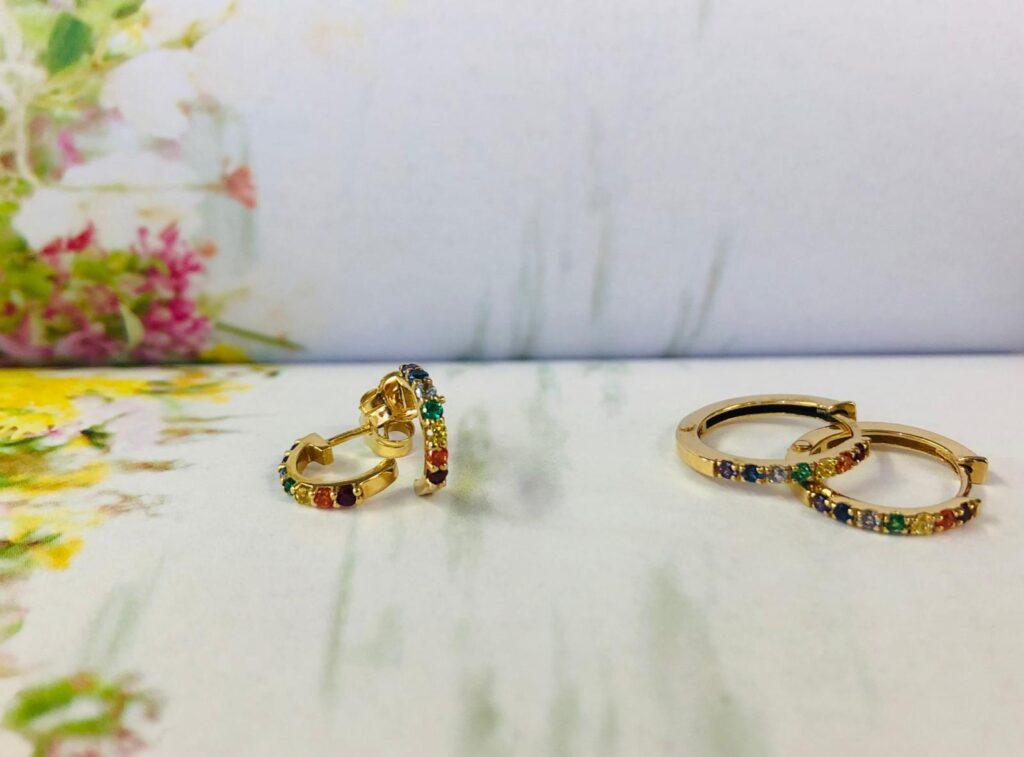 Pendientes de aro de oro amarillo y piedras de colores, unos de nueve milímetros con cierre de presión y otros de 15 milímetros con cierre de bisagra.