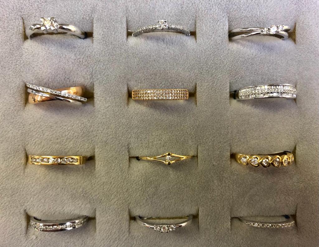 Anillos de diferentes tipos, en oro amarillo, blanco, rosa y combinados, con diamante o diamantes, una para cada ocasión.