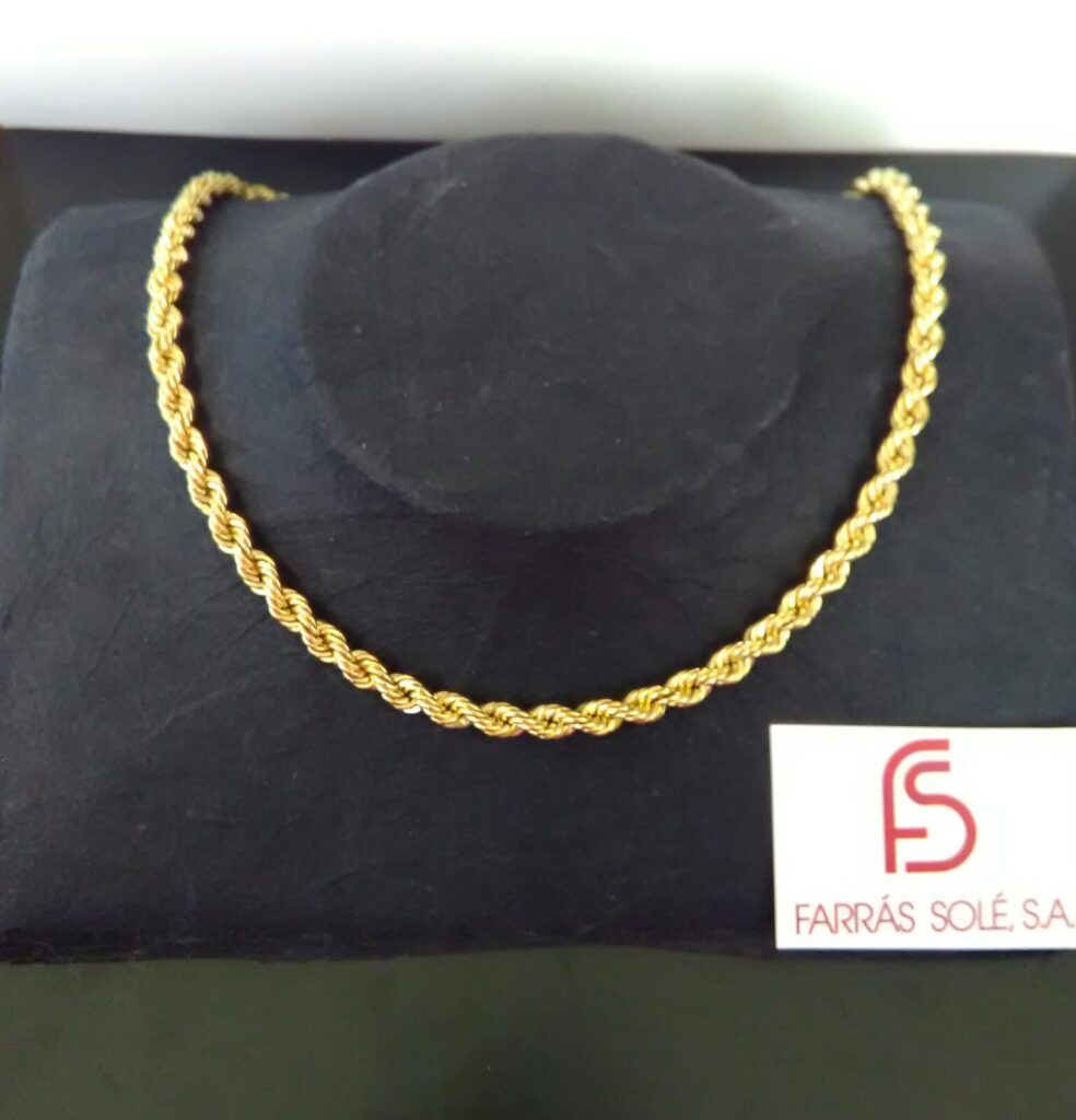 Cadena de cordón  semi-hueco de 50 centímetros de largo de oro amarillo y 5,5 milímetros de ancho.