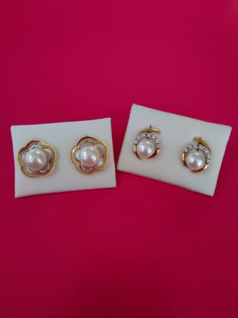 Pendientes de perla, unos con bisel en forma de flor combinando oro rosado y oro blanco, otros con circonitas y oro amarillo, ambos con cierre omega.