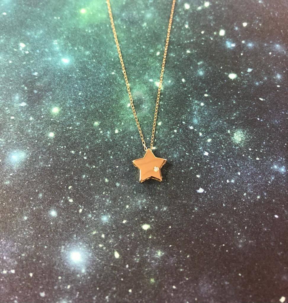 Collar de oro amarillo de 45 centímetros de largo, con anilla a 40 centímetros, con colgante de estrella de 9 milímetros con una circonita en un lateral.