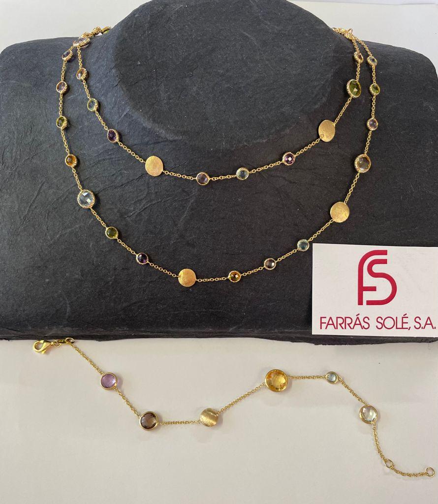 Collar de piedras multicolor de 80 centímetros de largo y pulsera también de piedras multicolor de 20 centímetros de largo, ambos en oro amarillo.